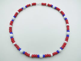 Rood/wit/blauw kralen snoer met zilveren sluiting.