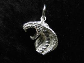 Zilveren cobra hanger.