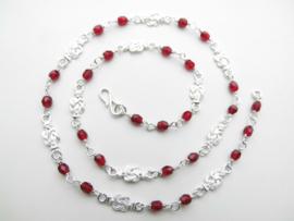 Zilveren mattenkloppers rode kralen ketting. (50 cm)
