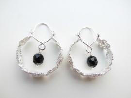 Zilveren zwarte kralen mattenkloppertjes/indiaan oorbellen.