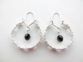 Zilveren zwarte kralen mattenkloppertjes oorbellen.