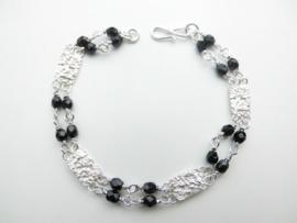 Zilveren piet-piet zwarte kralen bracelet.