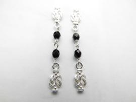 Zilveren mattenklopper zwarte kralen oorbellen.