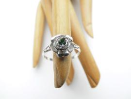 Zilveren roos ring met groen steentje.