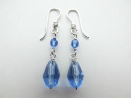 Zilveren blauwe kralen oorbellen.