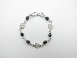 Zilveren mattenkloppertjes zwarte kralen baby bracelet.
