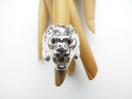 Zilveren leeuwenkop ring met rode ogen.