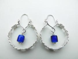 Zilveren blauwe ingi boca kralen mattenkloppertjes oorbellen.