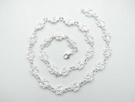 Zilveren mattenklopper ketting.