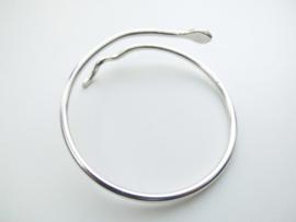 Zilveren slangen armband.