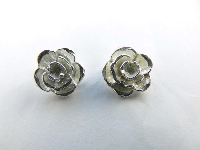 Zilveren roos oorknoppen.