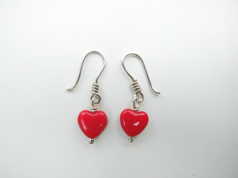 Zilveren rode hartjes oorbellen.