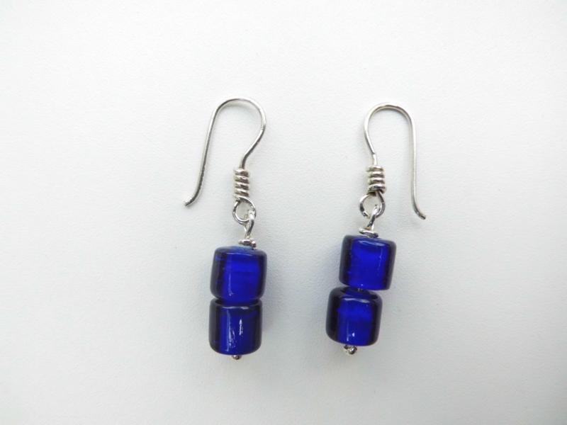 Zilveren blauwe ingi boca kralen oorbellen.