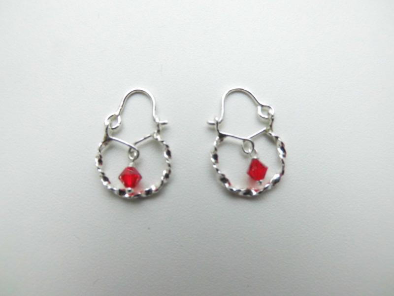 Zilveren baby oorbellen helder rood kraal.