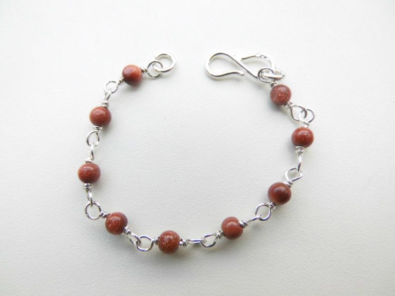 Zilveren zandsteen kralen baby bracelet.
