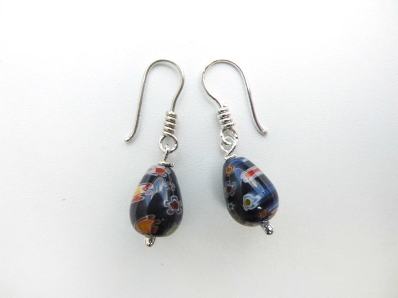 Zilveren blauw druppelvormige kralen oorbellen.
