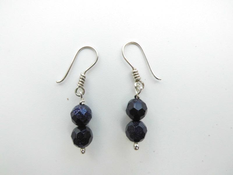 Zilveren blauwe zandsteen kralen oorbellen.