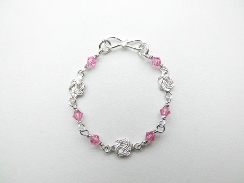 Zilveren mattenkloppertjes roze kralen baby bracelet.
