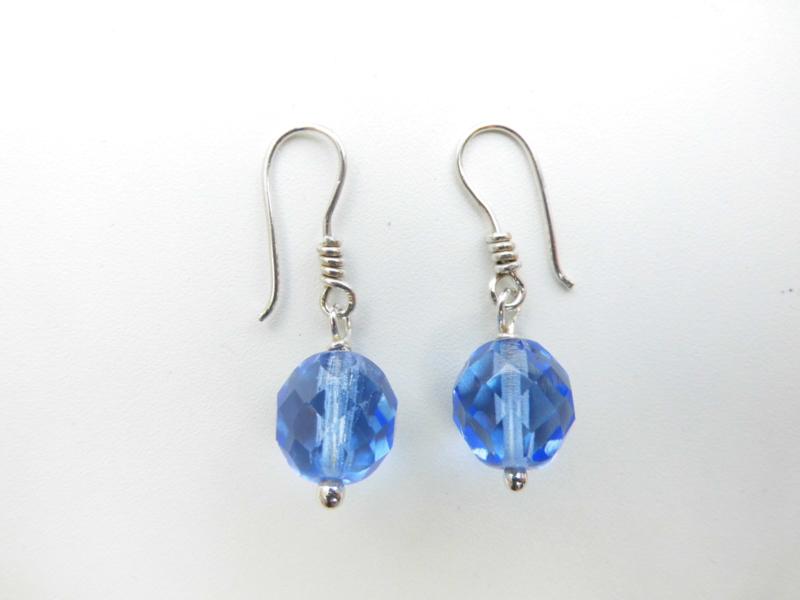 Zilveren licht blauwe kralen oorbellen.