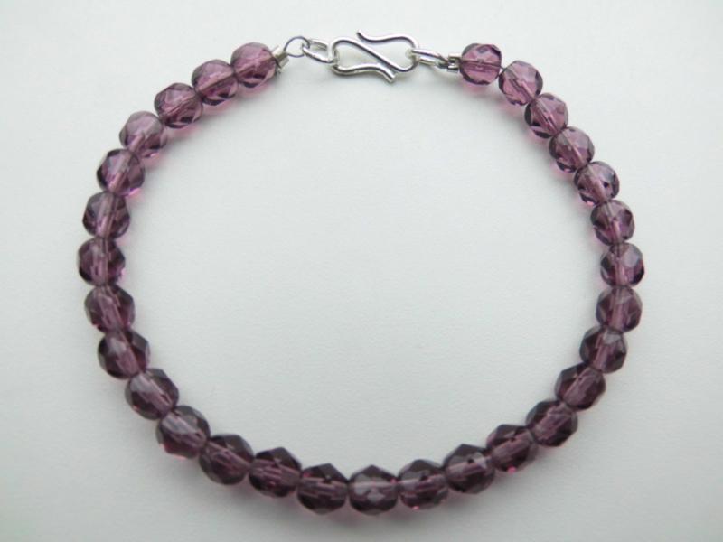 Paarse kralen bracelet met zilveren sluiting.
