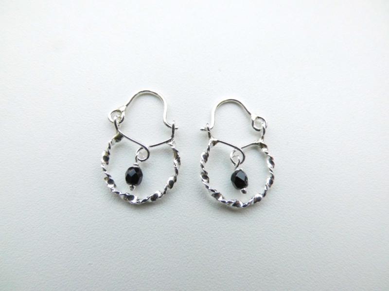 Zilveren baby oorbellen zwart kraal.