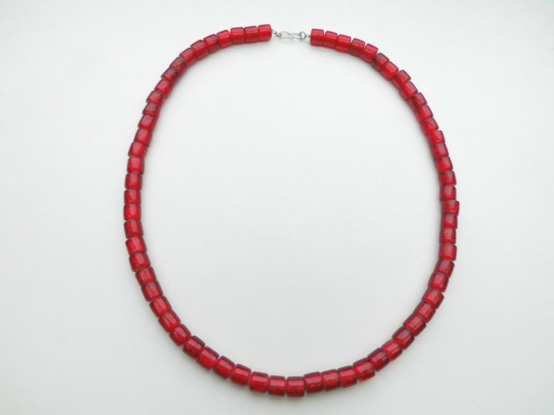 Rode ingi boca kralen snoer met zilveren sluiting.