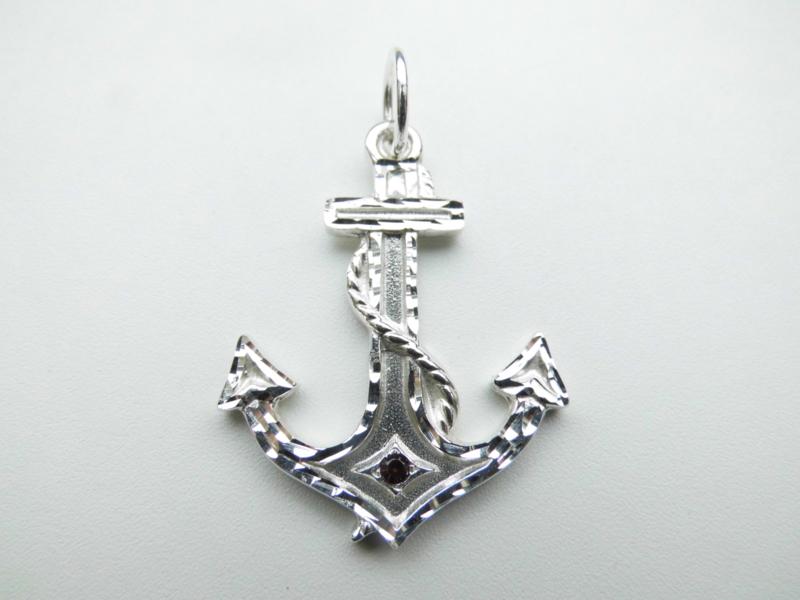Zilveren anker hanger. (diamond cut & rood steentje)