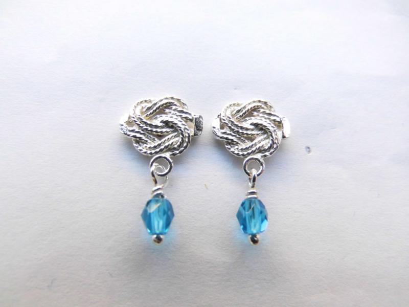 Zilveren mattenklopper oorknoppen met blauw kraaltje.