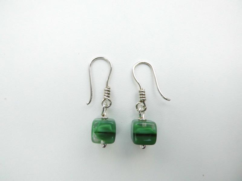 Zilveren vierkant groene kralen oorbellen.