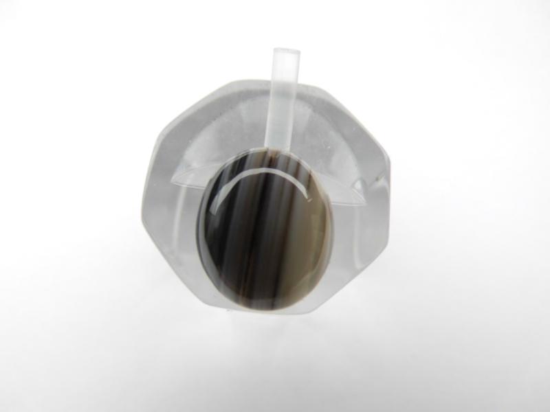 Losse zwart-bruin-wit steen. (kromantie)