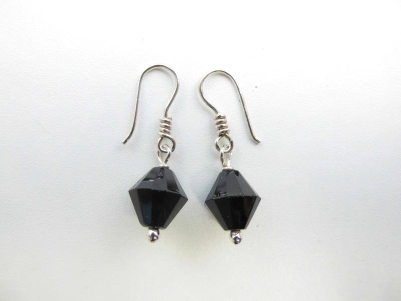 Zilveren zwarte ruitvormige kralen oorbellen.
