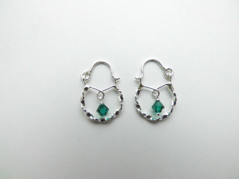 Zilveren baby oorbellen groen kraal.