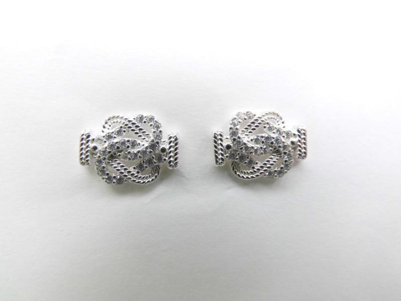 Zilveren mattenklopper oorbellen met zirkonia steentjes.