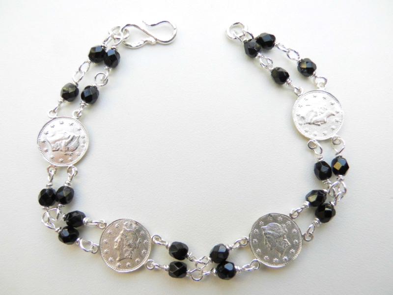 Zilveren Liberty muntjes zwarte kralen bracelet.