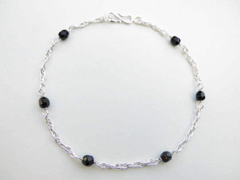 Zilveren zwarte kralen tarate enkelband.