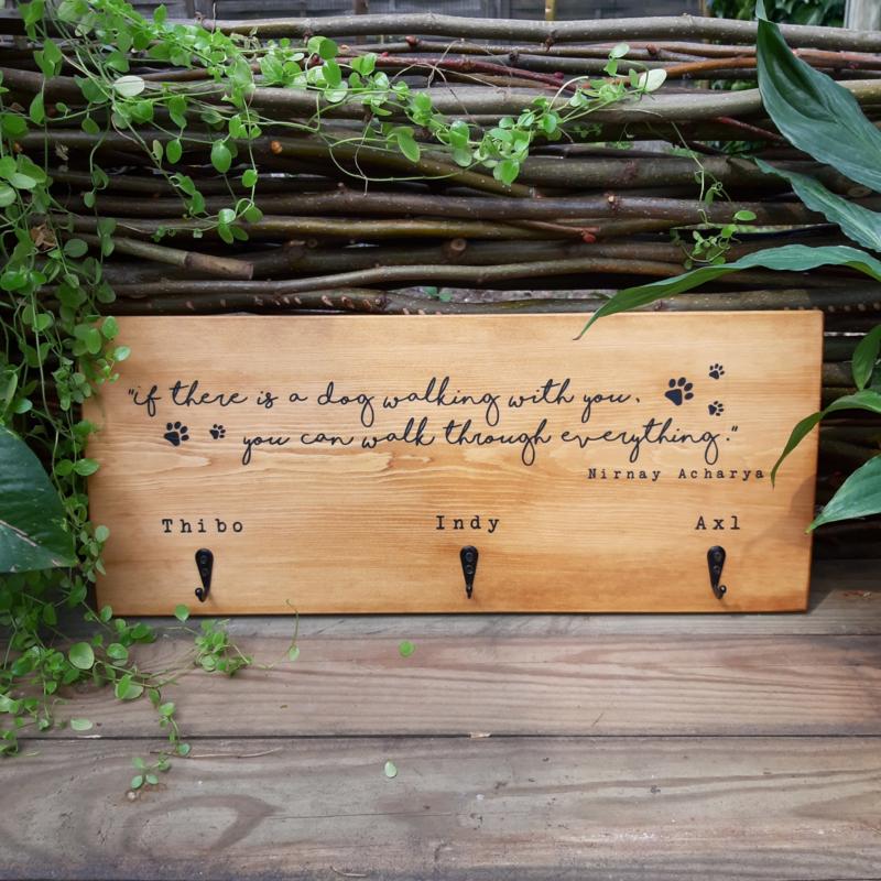 gepersonaliseerd houten bord met hondennamen