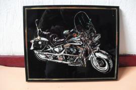 Reflecterende afbeelding van een Harley-Davidson z/w