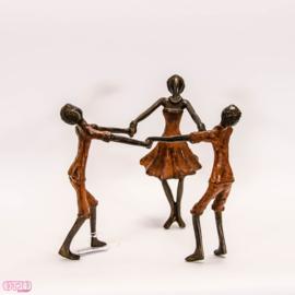 Drie bronzen spelende kinderen