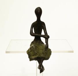 Zittend figuur, groene rok, zit gehoekt op rand, 10 cm