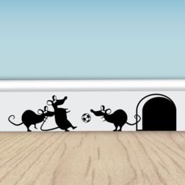 3 muisjes aan het voetballen