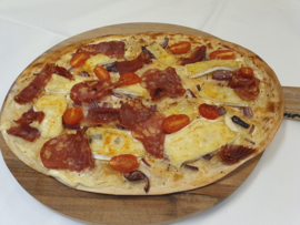 Flammkuchen Brie, Tomaat & Spinata romana