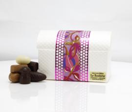 Witte luxe hutkoffer kado doos met 700 gram luxe bonbons