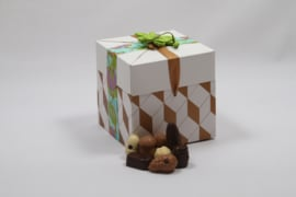 XL kado doos wit/goud met 750 of 900 gram luxe bonbons