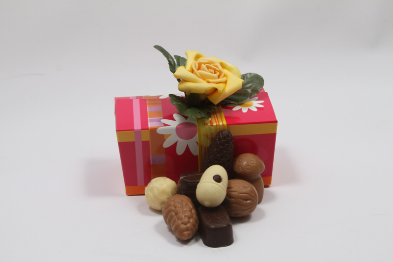 Roze bloemen doos met 350 gram luxe bonbons