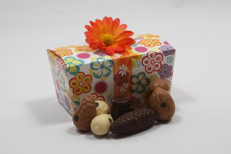 Gekleurde bloemen kado doos met 350 gram luxe bonbons