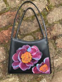 Paarse bloemen op zwart