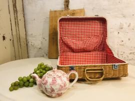 Vintage Franse rotan picknickmand met rood/wit ruitje.