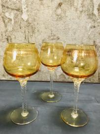 Vintage wijnglazen geel met goud.