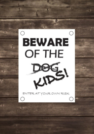 Tuinposter Beware of the dog kids - Diverse formaten