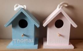 Geboorte vogelhuisje met naam in 2 kleuren